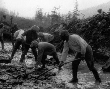 Zesłańcy podczas budowy drogi. Zdjęcie ilustracyjne