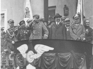 Zjazd Legionistów w Radomiu. Od lewej na pierwszym planie: Marszałek Józef Piłsudski, premier Walery Sławek (w kapeluszu) oraz inspektor armii gen. Edward Rydz-Śmigły. 1930 r.
