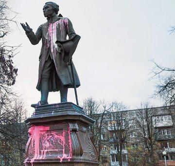 Zmarły przeszło 200 lat temu Immanuel Kant został uznany w Rosji za wroga. Na zdjęciu: oblany farbą pomnik filozofa w Kaliningradzie