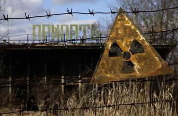 """Znak ostrzegawczy przed zniszczoną kawiarnią w Prypeci (""""Miasto Widmo"""" obok b. elektrowni atomowej))"""