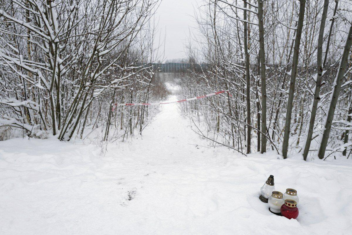 Znicze w pobliżu miejsca, gdzie znaleziono ciało 13-letniej Patrycji