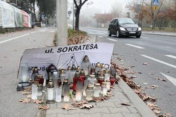 Znicze w pobliżu miejsca śmiertelnego wypadku przy przejściu dla pieszych na ulicy Sokratesa, do którego doszło w Warszawie,