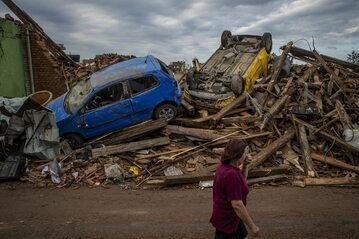 Zniszczenia po przejściu trąby powietrznej w Czechach