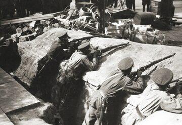 Żołnierze 7. pułku ułanów w okopach pod Belwederem podczas zamachu majowego