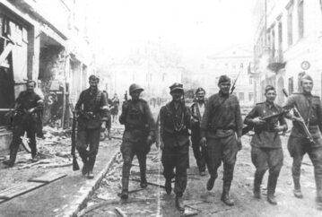 Żołnierze AK i Armii Czerwonej na ulicach Wilna. Lipiec 1944