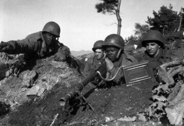 Żołnierze z 2. Dywizji Piechoty US Army na froncie w Korei, listopad 1950 r.