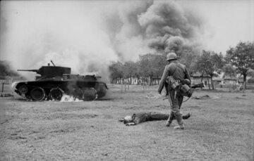 Zwłoki sowieckiego żołnierza i płonący sowiecki czołg BT-7. Czerwiec 1941 r.