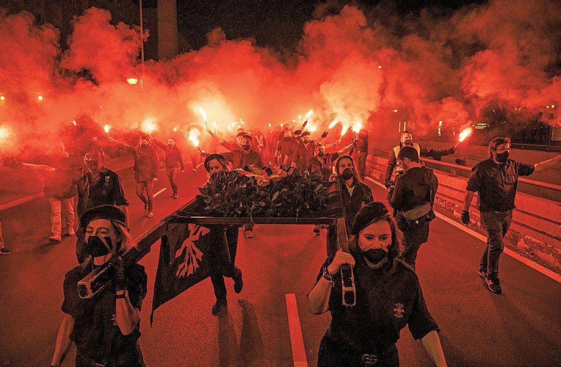 Zwolennicy skrajnej prawicy podczas wiecu w rocznicę śmierci założyciela Falangi, Madryt, 20 listopada 2020 r.