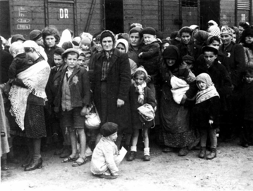 Żydzi podczas selekcji na rampie w KL Auschwitz