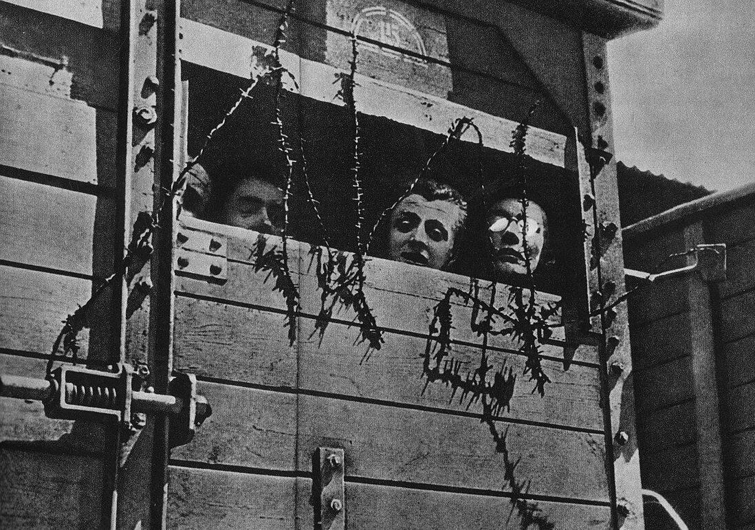Żydzi wiezieni w czasie wojny do obozu zagłady. Miejsce i czas wykonania fotografii nieznane.