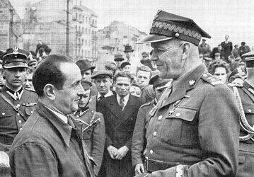 Zygmunt Berling z mieszkańcami Pragi, 1944 r.